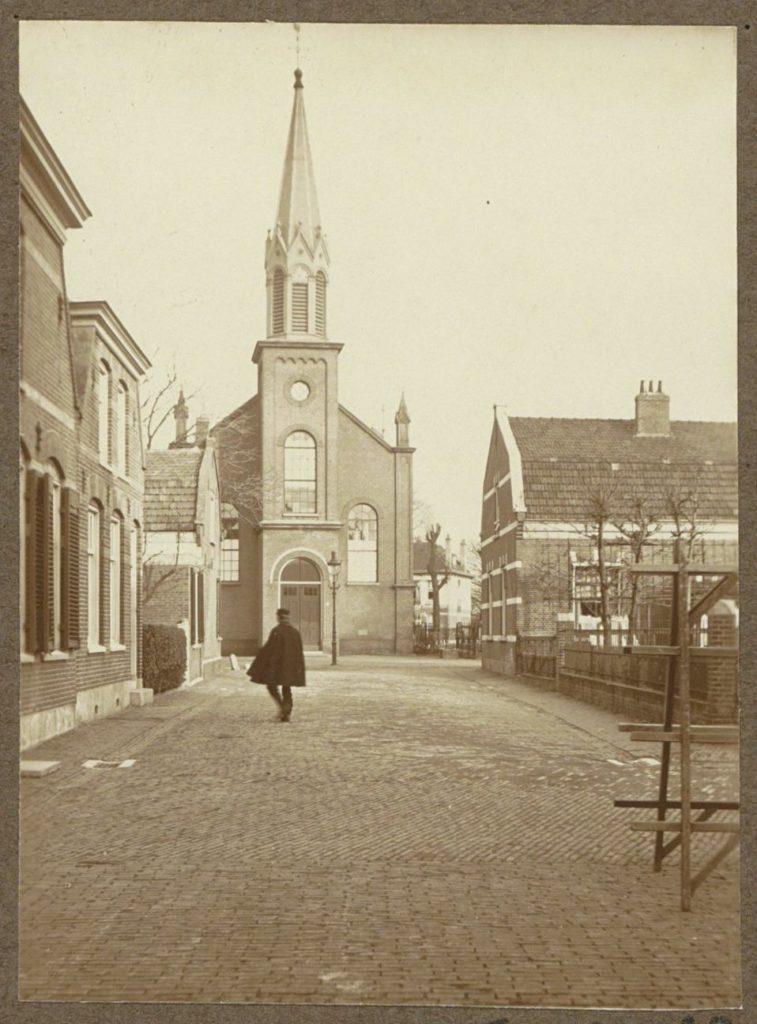 Dorpsstraat met de Sloterkerk in Sloten (NH), fotograaf: anoniem, ca. 1910 - ca. 1930, ontwikkelgelatinezilverdruk, bron: Rijksmuseum